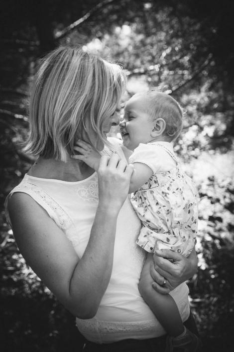 Familienfotos draussen Mama und Kind