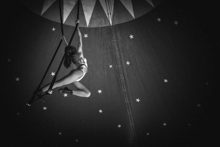 schwarzweiss Zirkusartistin Trapez