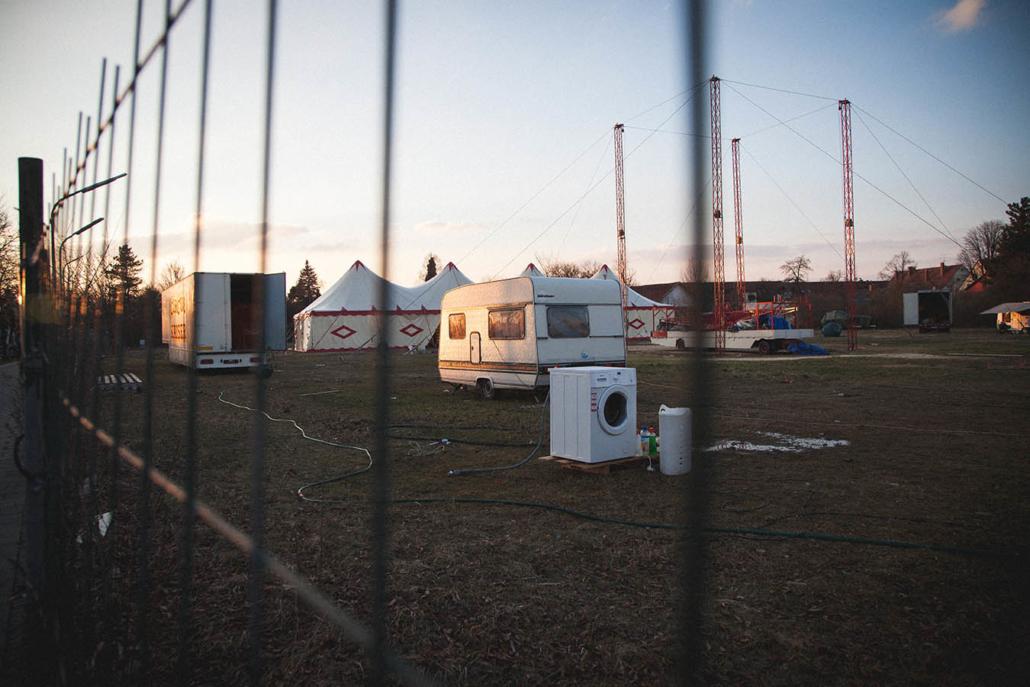 Zirkus Zelt und Wohnwagen