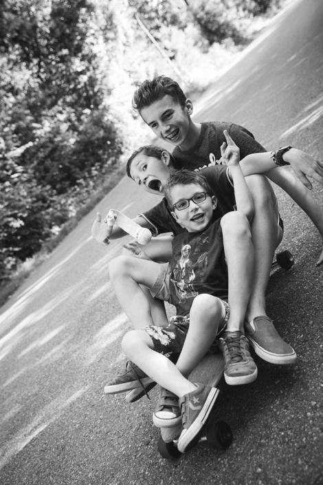 Geschwister auf Skateboard
