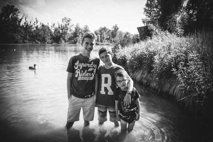Geschwisterfoto am See