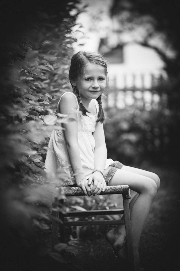 Kinderportrait draussen schwarzweiss