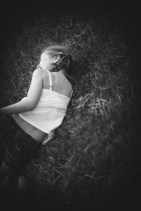 Mädchen liegt in der Wiese