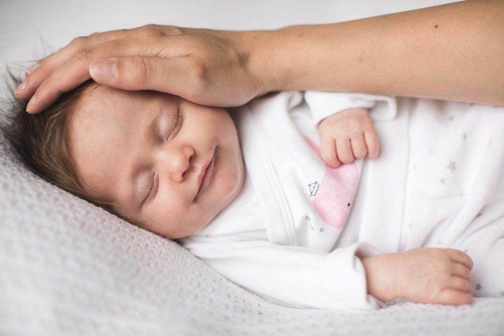 Neugeborenes mit Eltern im Studio