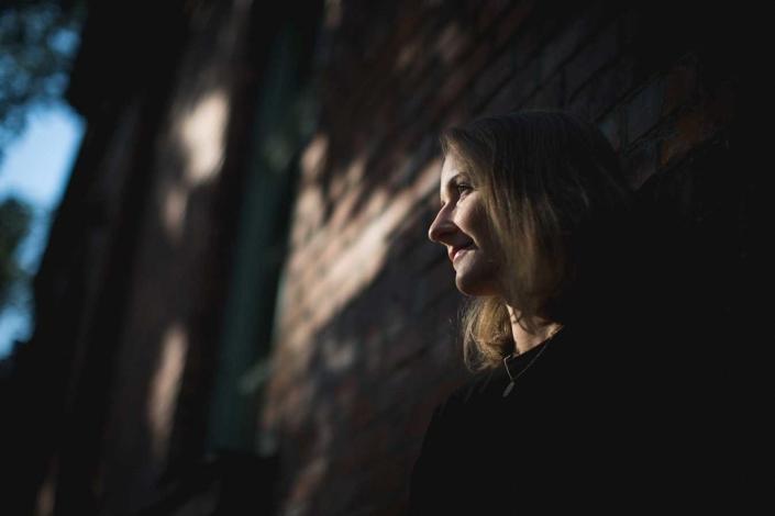 Portraitfoto outdoor Frau Licht und Schatten