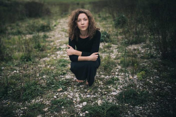 Schauspielerportraits Magdalena Holler hockend