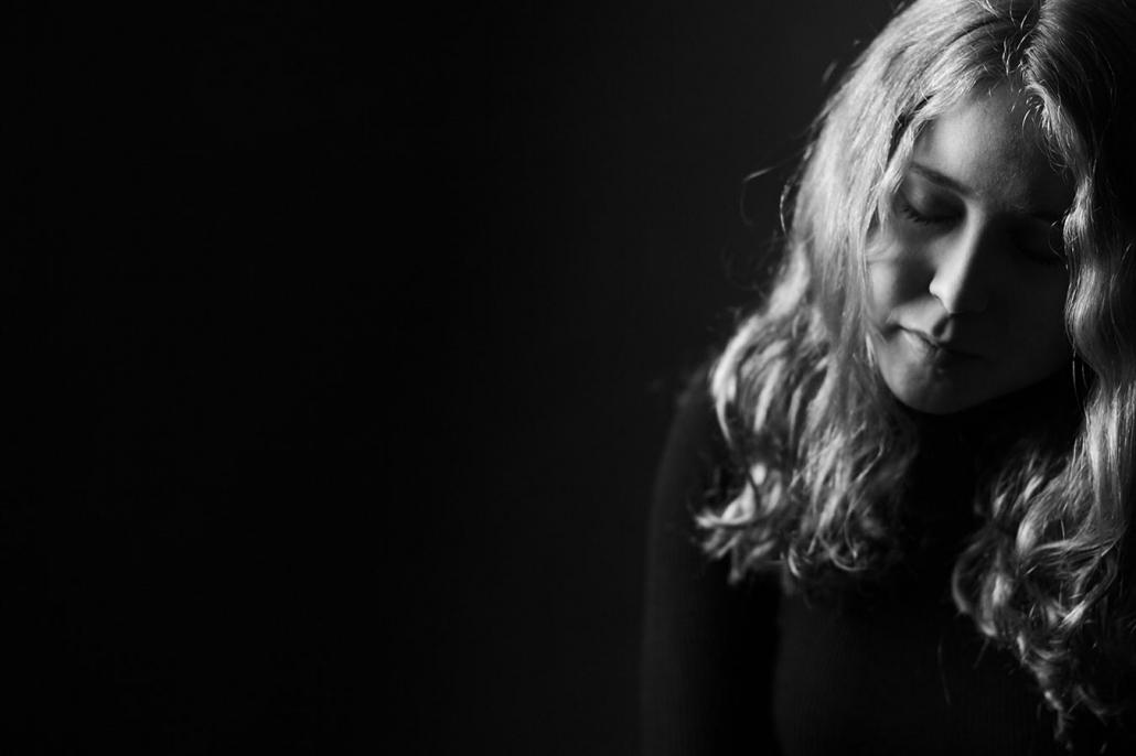 emotionale Portraetaufnahmen Schauspielerin sw