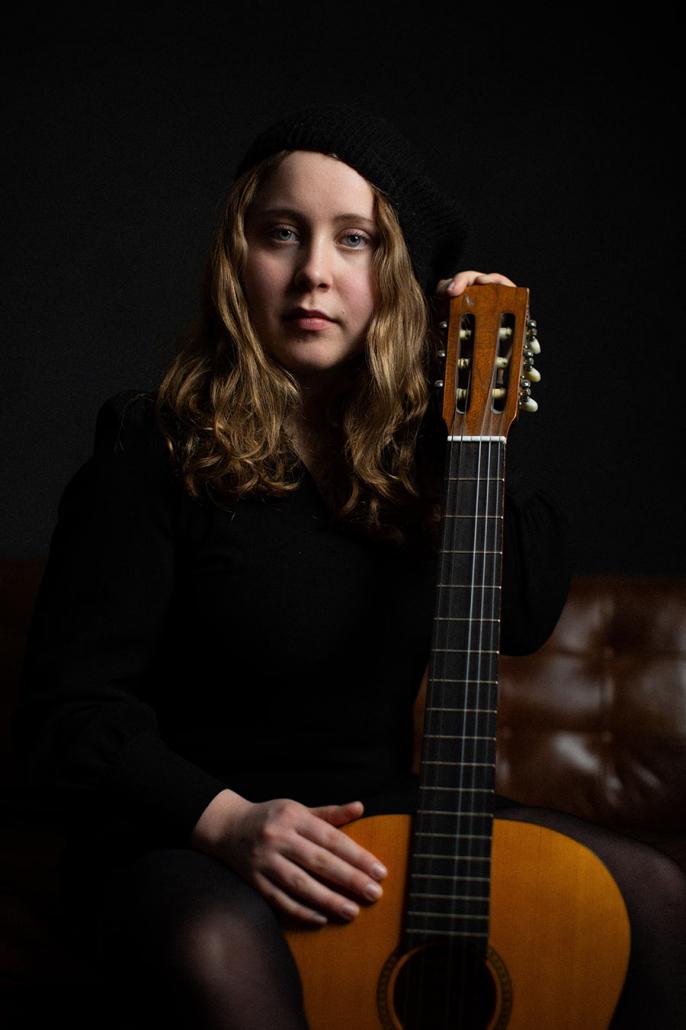 Portraetaufnahmen Schauspielerin mit Gitarre