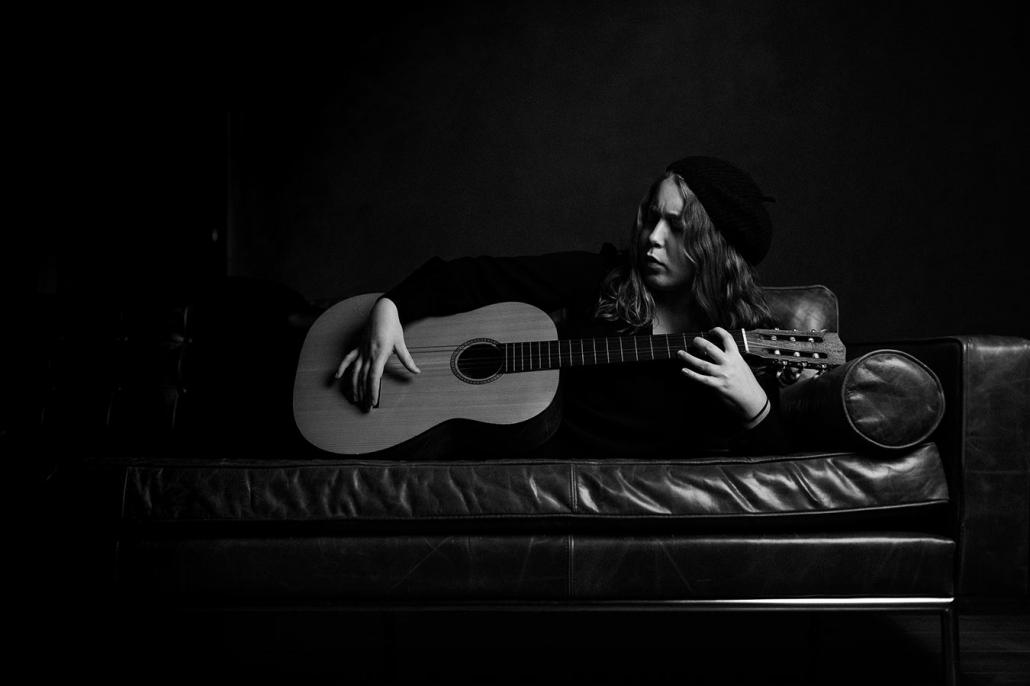 Portraetaufnahmen Schauspielerin Studio Gitarre