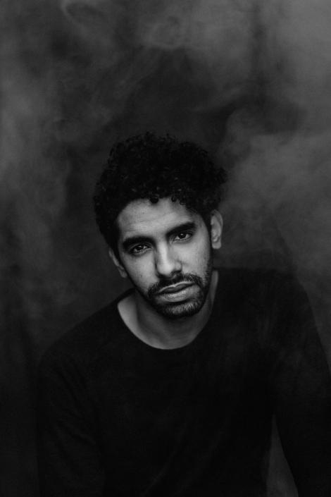 Männerportrait Studio schwarzweiss Rauch