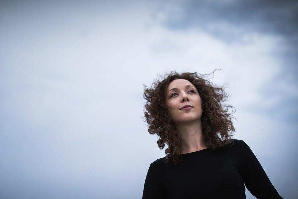 natürliches portrait junge Frau im Wind draußen