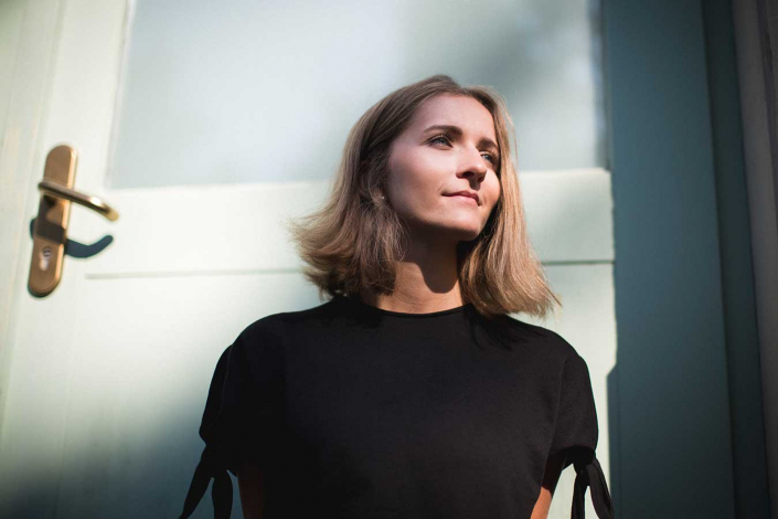 Portrait junge Frau in der Sonne