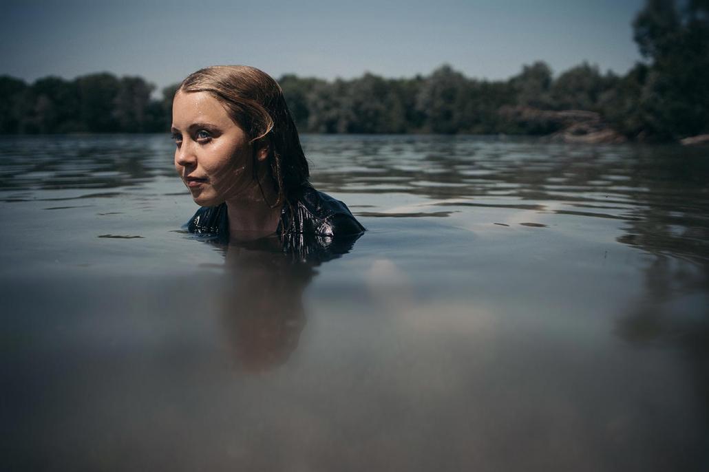 Portrait Frau im Wasser