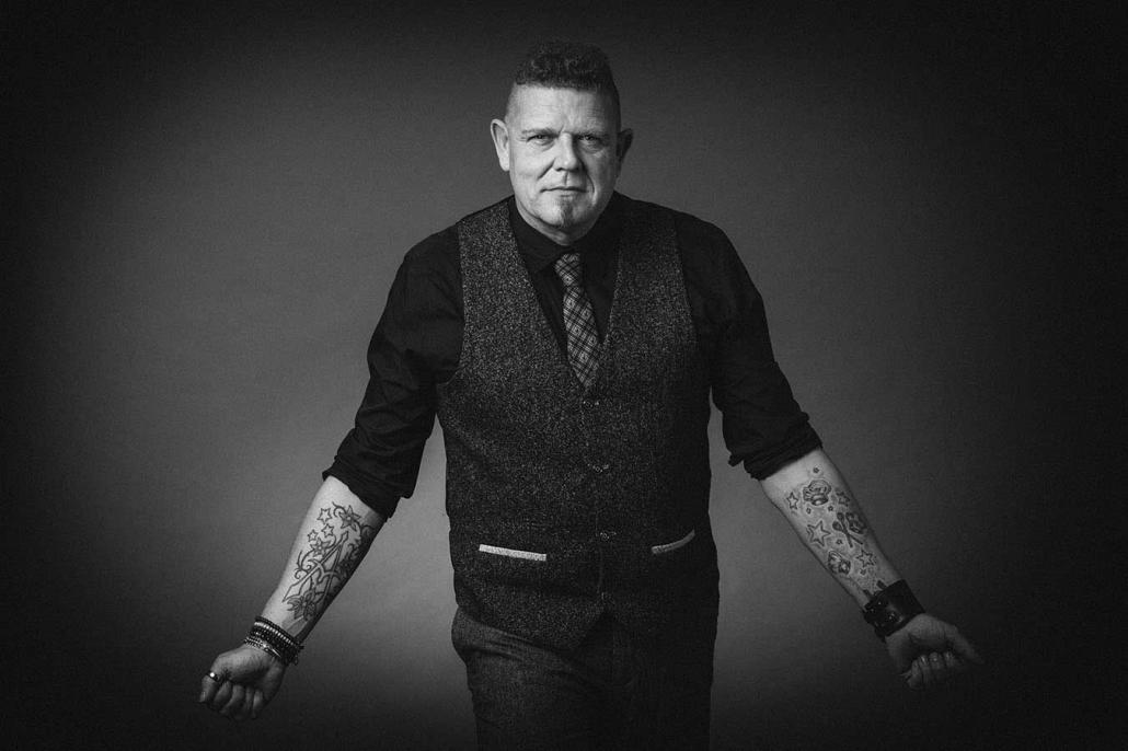 Portrait Mann mit Tattoos sw