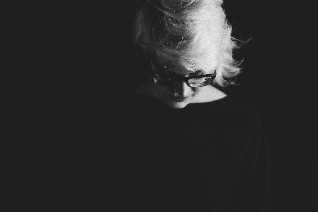 emotionales Portrait sw junge Frau
