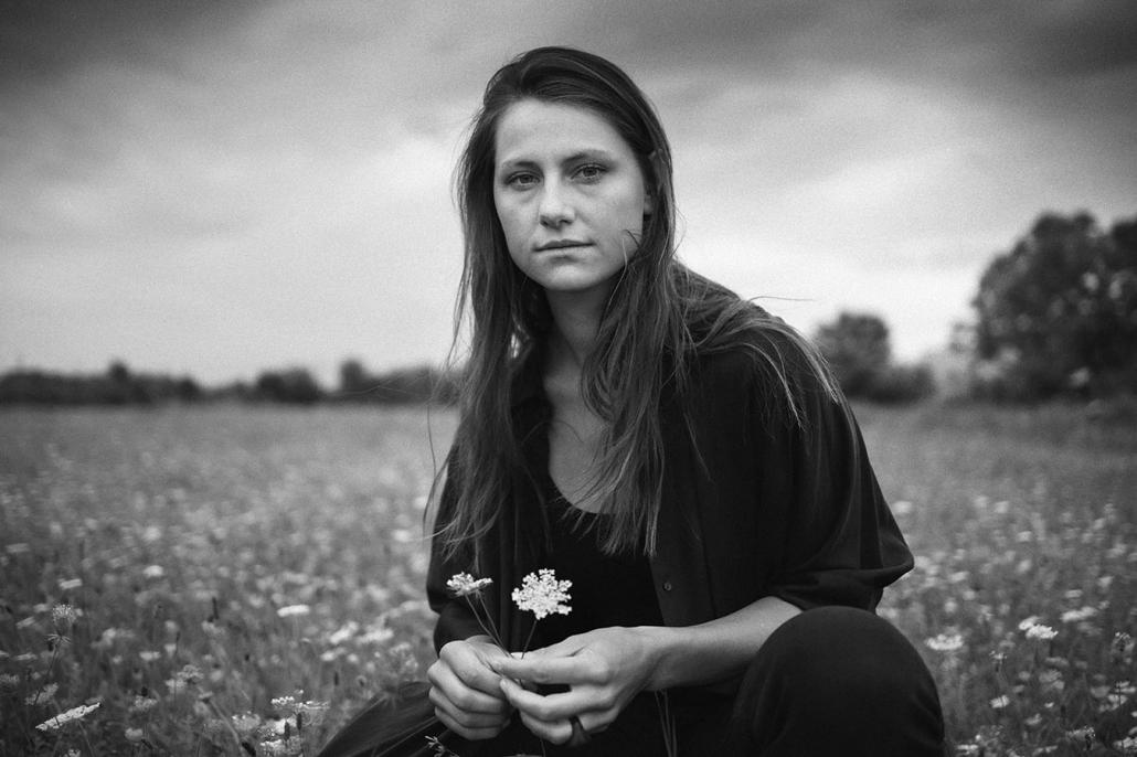 Mädchen mit Blume sw