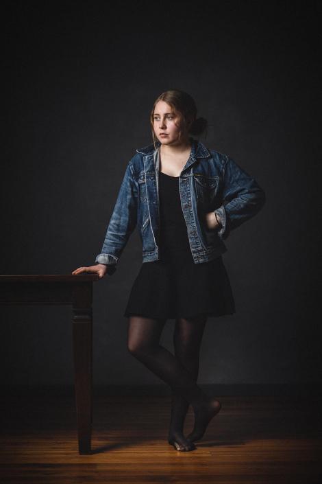 Studioportrait Mädchen am Tisch