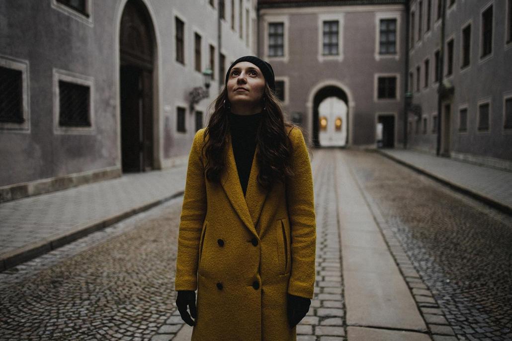 Portrait Schauspielerin gelber Mantel
