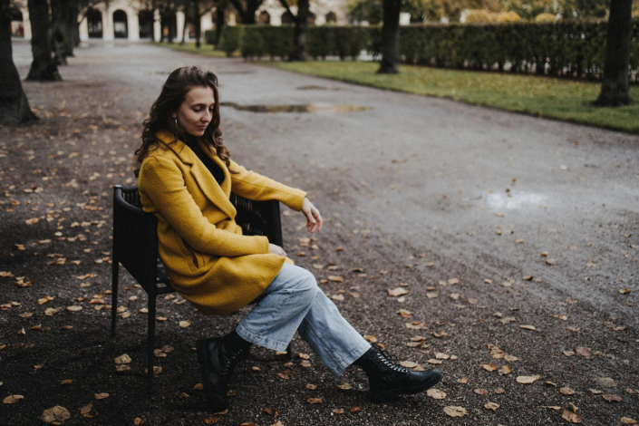 Portrait junge Frau im Herbst im Hofgarten