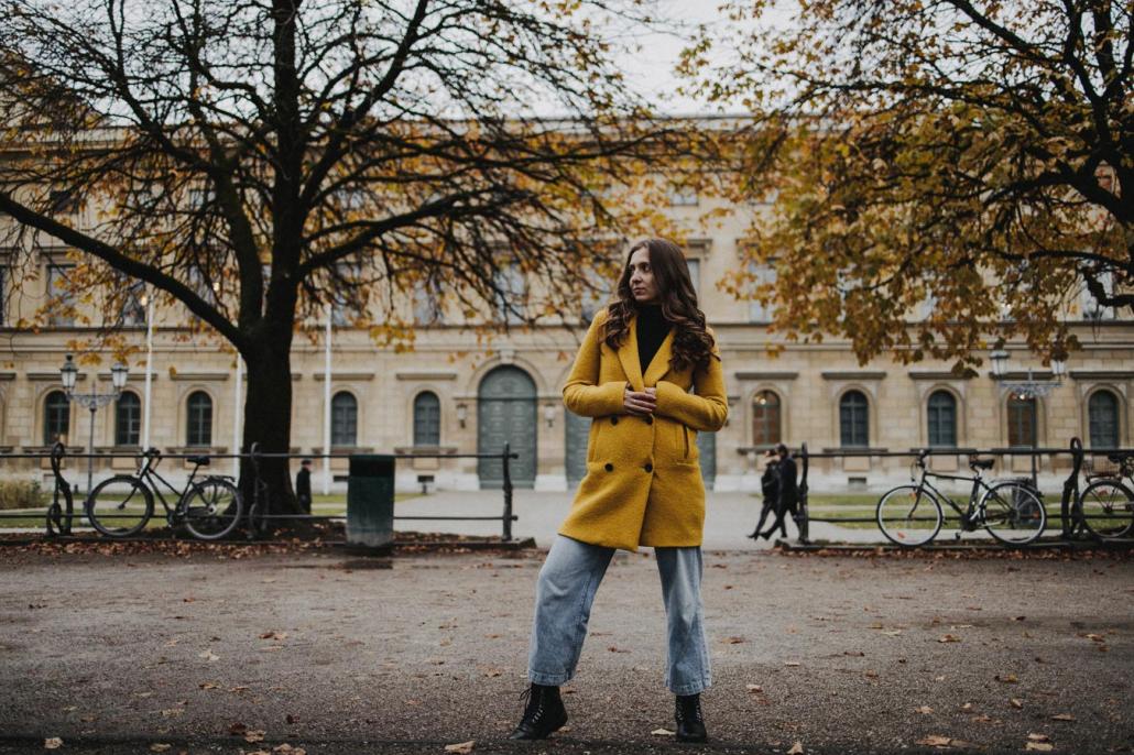 Portrait junge Frau im Herbst