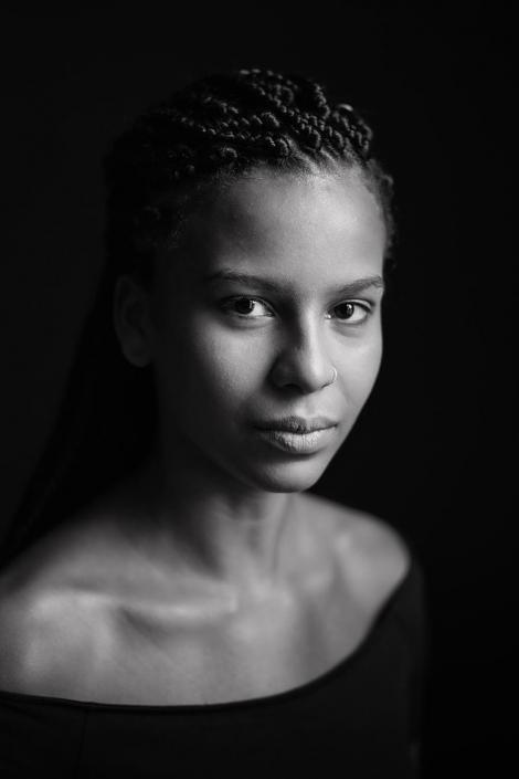 junge Frau Portrait sw Fensterlicht