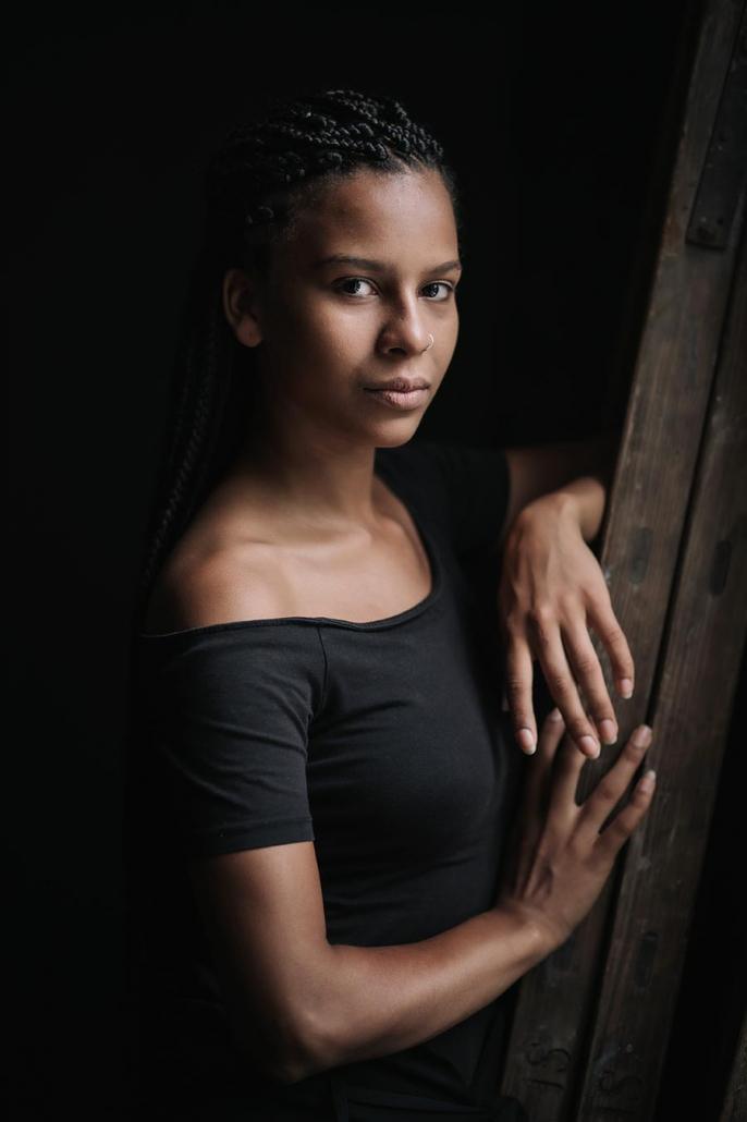 junge Frau Portrait am Fenster