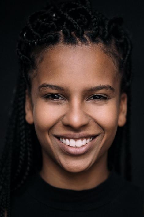 junge Frau lachend Studioportraits