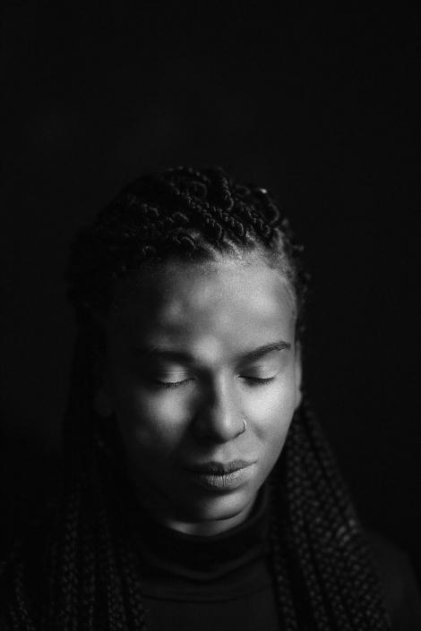 junge Frau Studioportraits sw geschlossene Augen