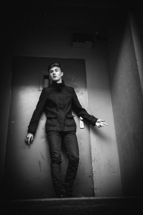 junger Mann vor Tür