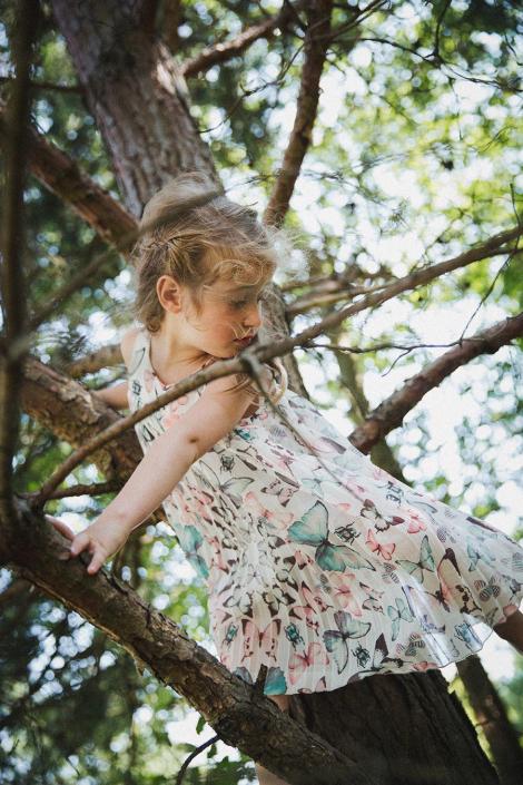 Mädchen kletternd auf Baum