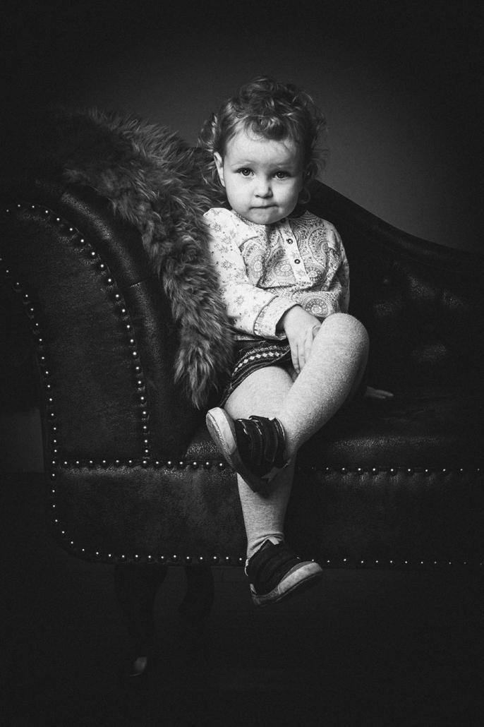 Mädchen auf Sofa