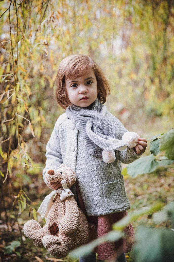 kleines Mädchen mit Teddy