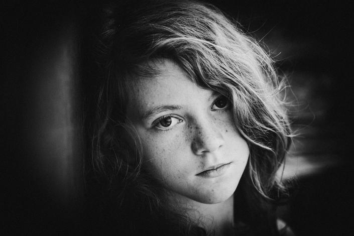 Kinderportrait sw Mädchen Sommersprossen