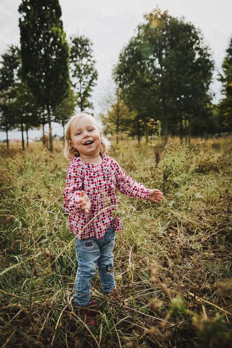 Mädchen lachend im Park