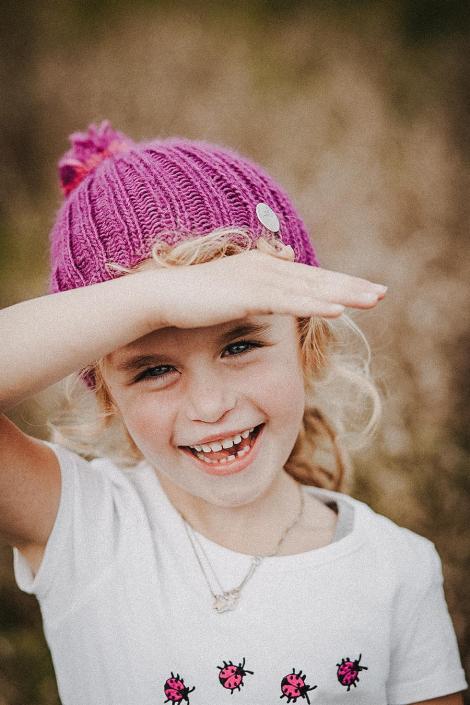 Mädchen im Sommer mit Mütze