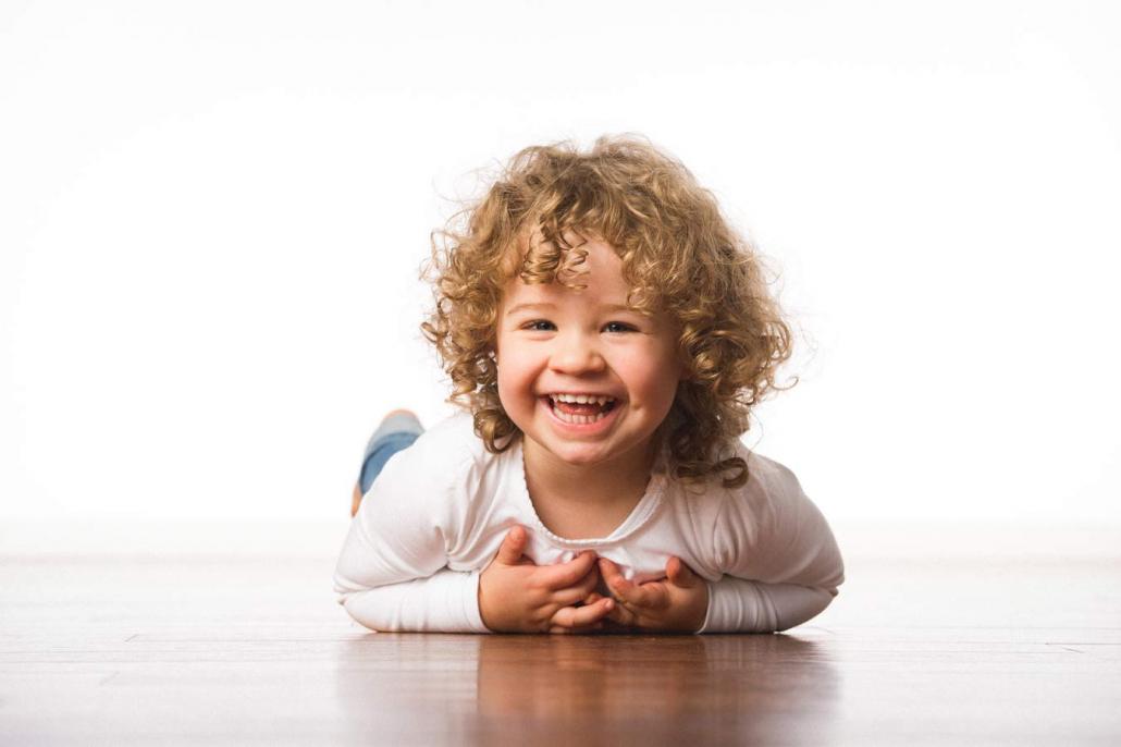 lachendes Mädchen liegt auf Boden
