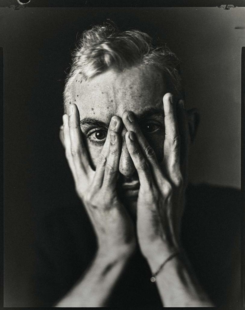 Mann mit Händen vor dem Gesicht