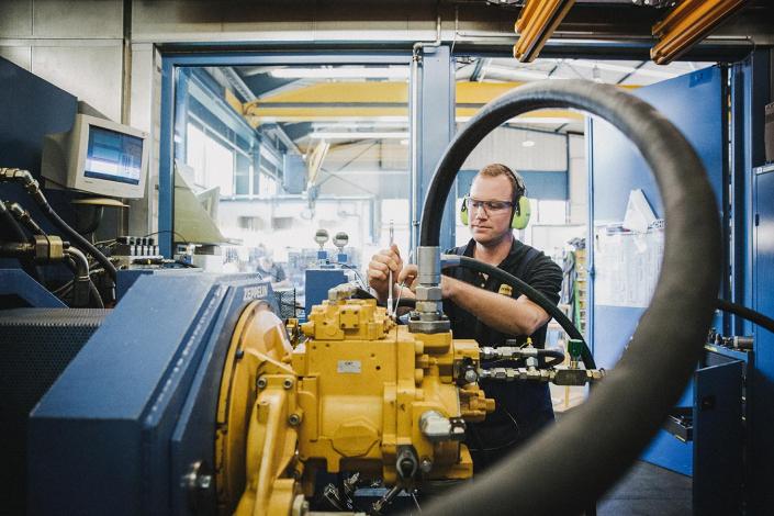 Mechaniker an Maschine