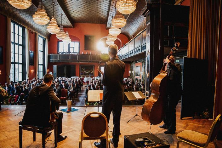 Musiker auf Bühne in Festsaal